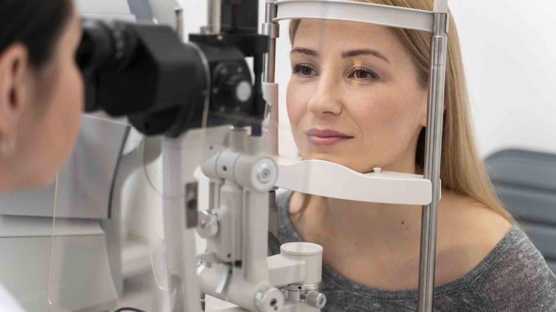 woman-at-eyes-consult